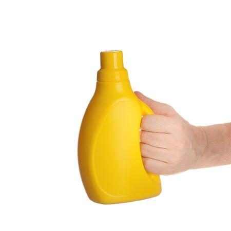die Hand hält eine Flasche gelb Kunststoff isoliert auf weißem Hintergrund