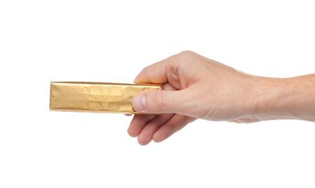 Die Hand hält leckere Schokolade. Isoliert auf einem weißen Hintergrund.