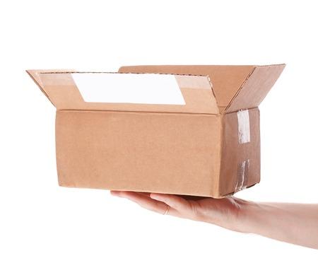 die Hand, die Box Karton Mail auf einem weißen Hintergrund