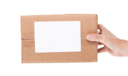 de hand houden van kartonnen brievenbus die op een witte achtergrond