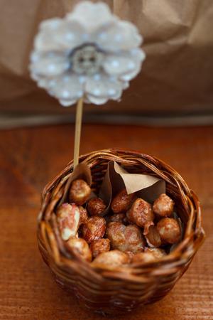 De walnoten in een bruine kraftpapierzak Stockfoto