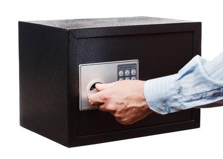 Die Hand des Mannes in einem gestreiften Hemd öffnen den schwarzen Safe, lokalisiert auf Weiß. Kleines Haus oder Hotelsafe.