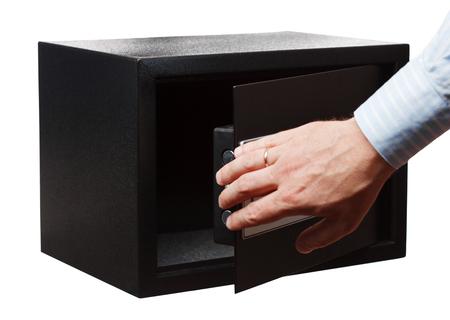 Man's hand in een gestreept shirt open zwarte kluis, geïsoleerd op wit. Klein huis of hotelkluis.