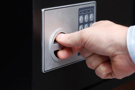 Ein Mann Hand öffnete einen Safe, close up Standard-Bild