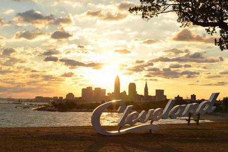 Sunrise over Cleveland sign and skyline at Lake Erie Edgewater park Standard-Bild