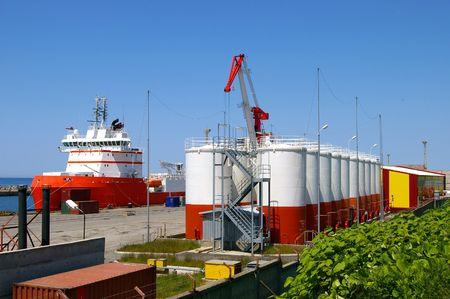 abastecimiento: El Puerto de la petrolera proyecto. Procesamiento de carga. El Toque, tanques, buques junto a los muelles.  Foto de archivo