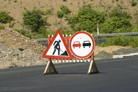 banning the symbol: Traffic signs Repair of the road and Passing prohibited»