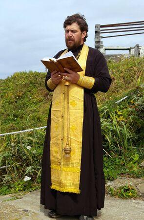 toog: Orthodoxe priester leest het gebed Stockfoto