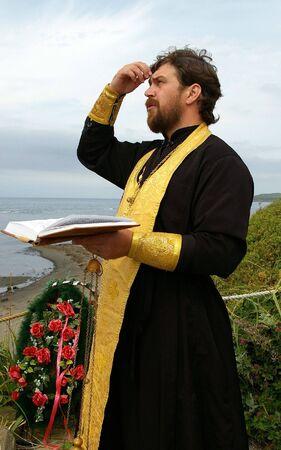 sotana: Sacerdote ortodoxo reza la oraci�n Foto de archivo