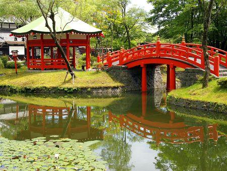 ponte giapponese: Stagno nel villaggio di samurai. Giappone, l'isola di Hokkaido