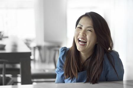 ni�as chinas: Asi�ticos mujeres hermosas mujeres retrato con sonrisa, muchacha china relajarse estilo de vida en el caf�