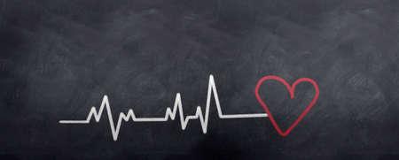 medico dibujo: Una l�nea de golpes con un coraz�n al final. Escrito en tiza en un pizarr�n
