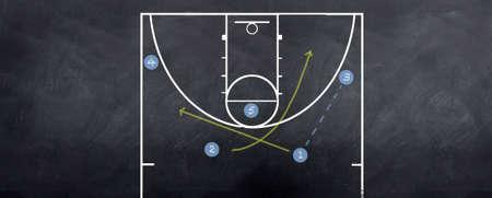 attacking: Una pelota de baloncesto atacando a la estrategia que juega en el pizarr�n.
