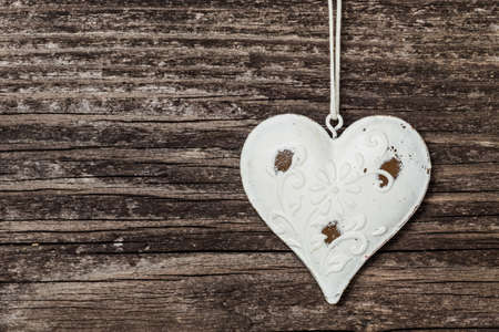 Old heart on wooden board Imagens
