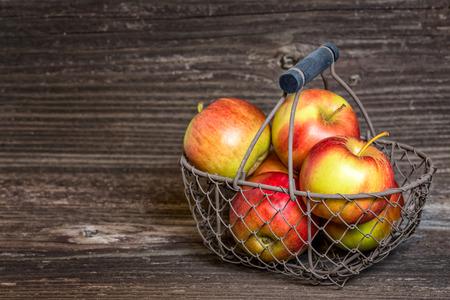 Apples in a basket Imagens