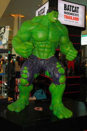 vengador: BANGKOK - 11 de mayo el modelo A Hulk en Tailandia Comic Con 2014 el 11 de mayo de 2014, a Siam Paragon, Bangkok, Tailandia