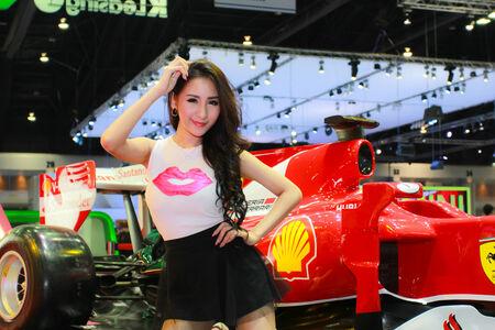 model pose: Nonthaburi, Tailandia - 28 de noviembre 2014: el modelo no identificado plantean en el 31 Sal�n Internacional del Autom�vil de Tailandia Expo el 28 de noviembre de 2014 en Nonthaburi, Tailandia. Editorial