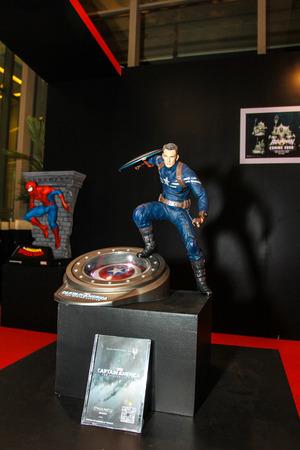 avenger: Bangkok 02 de mayo: Un modelo de Capitán América en Tailandia Comic Con 2015 de 02 de mayo 2015 en Siam Paragon en Bangkok Tailandia.