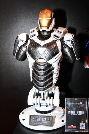 vendicatore: Bangkok - 2 maggio: Un modello Iron Man in Thailandia Comic Con 2015 il 2 maggio 2015 al Siam Paragon, Bangkok, Tailandia.