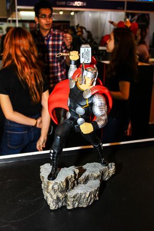 vengador: Bangkok - 02 de mayo: Un modelo de Thor en Tailandia Comic Con 2015 el 2 de mayo de 2015 a Siam Paragon, Bangkok, Tailandia.