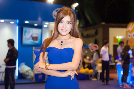 cabina telefonica: BANGKOK, THAILAND - FEBRUARY 15, 2014: Unidentified female presenter pose in Thailand Mobile Expo 2014 Showcase on February 15, 2014 in Bangkok, Thailand.