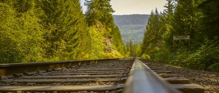 映画のような表情でカナダの山岳鉄道。