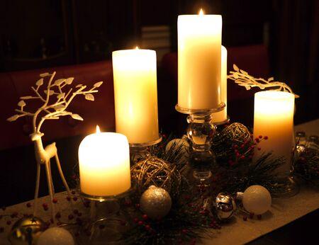 キャンドルとトナカイ クリスマス テーブル。