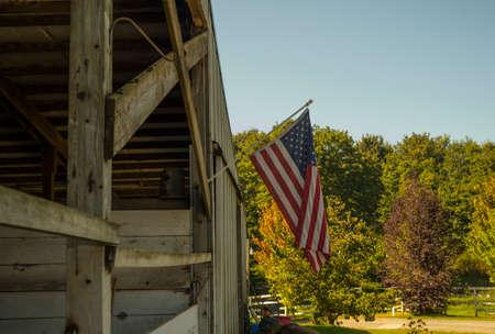 スノホミッシュ ワシントンで安定した馬からぶら下がっているアメリカの国旗 写真素材