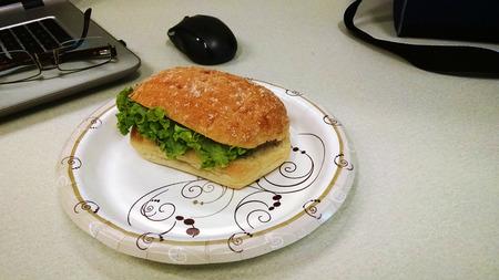 職場での昼食の自家製サンドイッチ