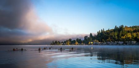 早朝カヤックは、サマミッシュ湖に滑空します。 写真素材
