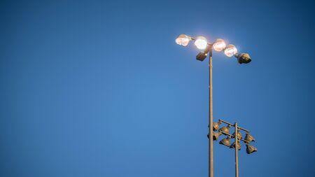 滝の夕暮れとしてスタジアムのライトがオンになります。