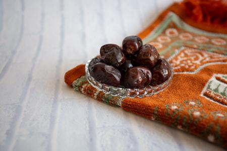 fthar Food avondmaaltijd voor Ramadan kareem, concept: datum van islamitisch vasten, fruitdatum op een witte achtergrondrozenkrans
