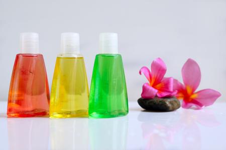 articulos de baño: Artículos de baño con flor plumeria tropical para el concepto de spa, aislados en fondo blanco