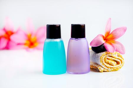 productos de aseo: Artículos de baño con flor plumeria tropical para el concepto de spa, aislados en fondo blanco