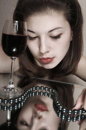 Portret van het meisje met een glas rode wijn.