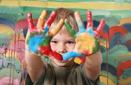 Portret van de vrolijke jongen de versierde palmen. Stockfoto