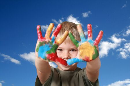 ni�os pintando: Retrato del muchacho alegre las palmas adornadas.
