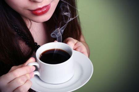 mujer tomando cafe: hermosa mujer beber caf�  Foto de archivo