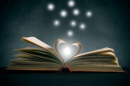 reference book: p�ginas de un libro que se curva en forma de coraz�n