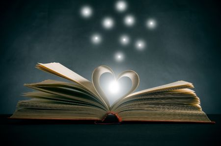 referenz: Seiten eines Buches in eine Herzform gebogen  Lizenzfreie Bilder
