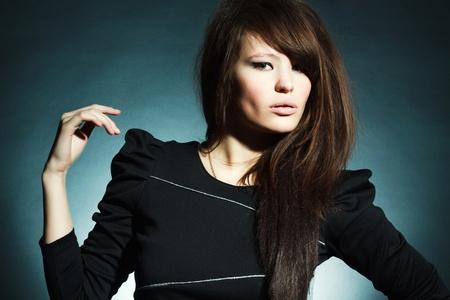 Portret van de prachtige jonge vrouw op een donkere achtergrond