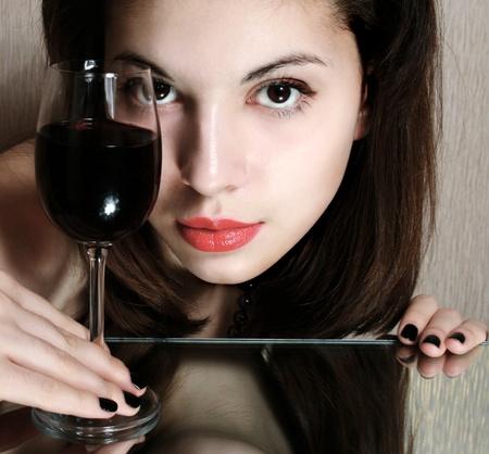 Portret van mooie vrouw met glas rode wijn