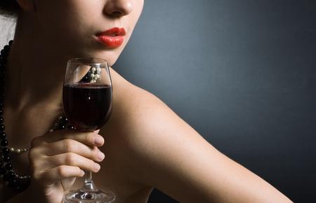 belle femme avec le vin rouge de verre Banque d'images