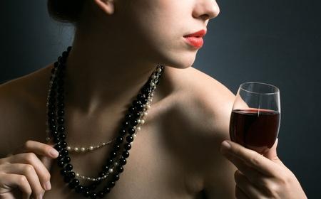 belle femme avec verre de vin rouge Banque d'images