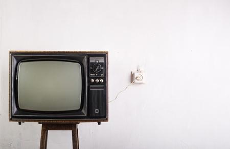 Oude vintage TV over een witte achtergrond Stockfoto