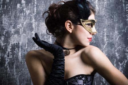 La belle jeune fille dans un masque mystérieux Banque d'images