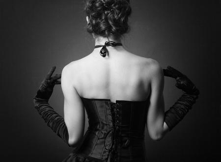 Mode photo de la jeune femme en robe de soirée élégante