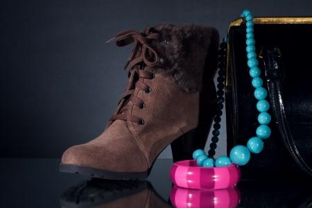 Las mujeres los zapatos de invierno y la joyería.