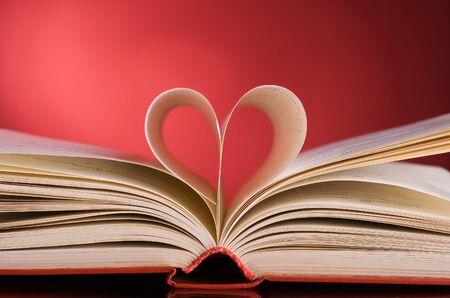 pagina's van een boek gebogen in een hart vorm