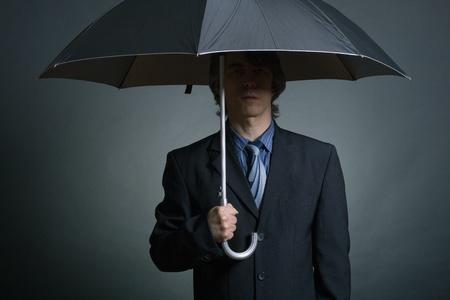 agent de sécurité: Homme d'affaires avec le parapluie